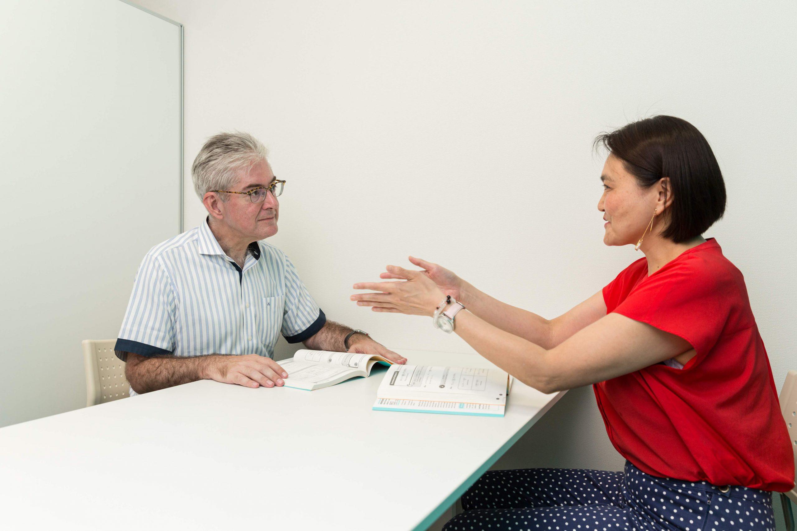 外国人マネージャーが、部下や顧客とのコミュニケーションのために日本語を学びたいと希望している。
