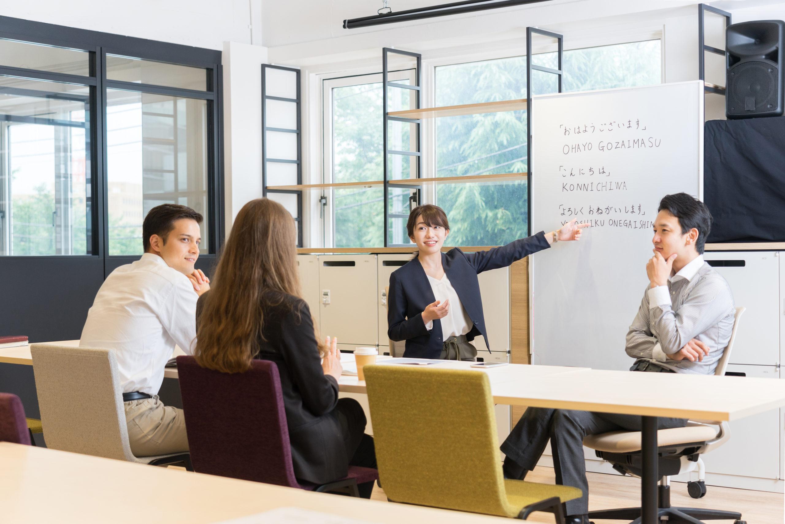 担当日本語教師 社会経験と日本語教師経験の双方を豊富にもつ専門のトレーニングを受けた日本語教師が対応します。初級レベルでは外国人講師も選択できます